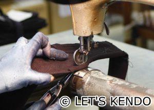 ヘリ革をミシンで縫い付け