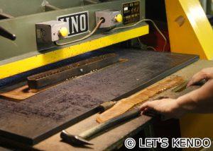 面縁用の革をプレス。細かいパーツも全て工場内で製造している
