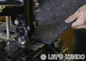 芯材をすき、ミシンを通しやすくする