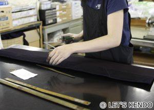 何十年の経験で、計らずに注文通りの縫い幅でミシンを操る