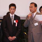 卒業生一人一人を紹介する師範・江藤先生