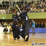 決勝中堅戦、浦安・岡戸が九学・近藤からメンで1本勝ちし後半戦につなぐ。