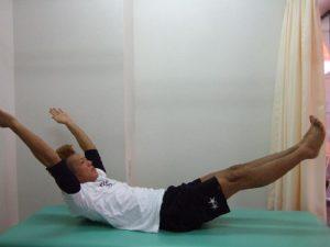 へその少し下を意識して、腕と足を45度程度浮かせて