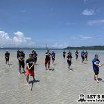 夏合宿では浜辺でランニングや素振りを。